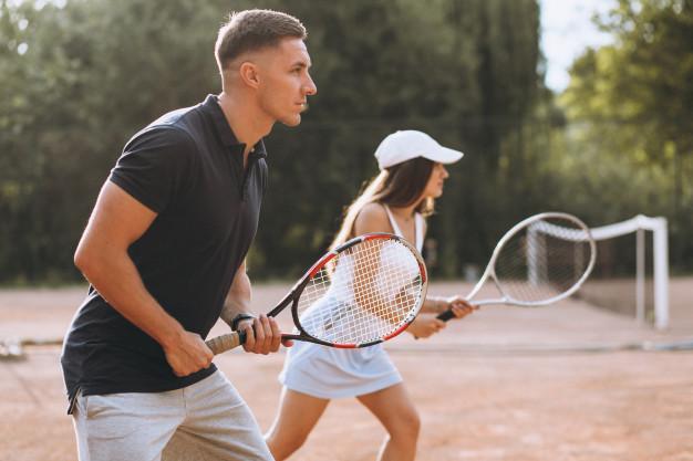 pareja-joven-jugando-tenis-cancha_1303-16304